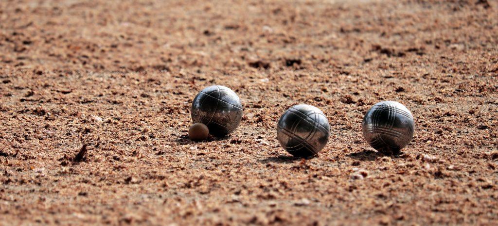 Boules sur terrain de pétanque