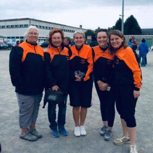 Equipe féminine portant la tenue du Club La Pétanque Bourcomptoise