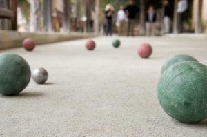 Des boules bretonnes sur un terrain de jeu de pétanque