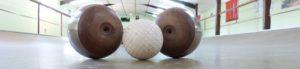 Un jeu de boules de fort sur un terrain incurvé