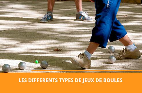 Des joueurs qui pratiquent un jeu de boules sur un terrain
