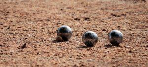 Boules de pétanque lancées près du but