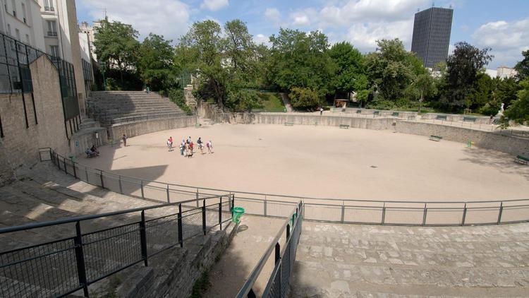 terrain de pétanque atypique dans les Arènes de Lutèce à Paris