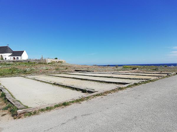 terrain de pétanque atypique sur l'île d'Hoedic avec vue sur la mer