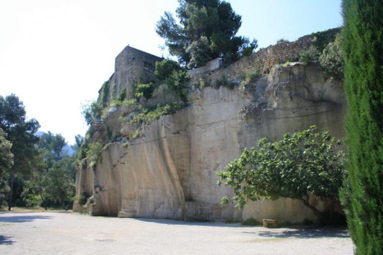terrain de pétanque atypique boulodrome Les Taillades au pied des falaises