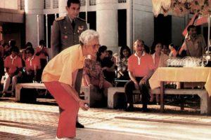 La reine mère de Thaïlande joue à la pétanque